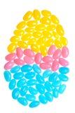 Feijões de geléia coloridos de Easter que fazem uma forma do ovo Imagem de Stock