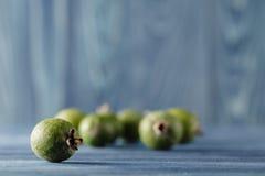 Feijoa,在黑暗的木背景的菠萝番石榴 有选择性的foc 免版税库存照片