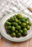 Feijoa-Früchte auf einer Platte Lizenzfreies Stockfoto