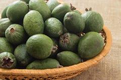 Feijoa owoc w łozinowym koszu Obrazy Stock