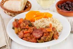 Feijoada mit Reis und Orange Stockfoto