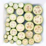 Feijoas découpés en tranches dans un plat blanc Photographie stock libre de droits