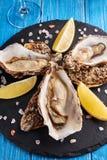 Feine Austern de Claire mit Zitrone und Weißwein stockfotos