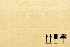 Feine Bildnahaufnahme des empfindlichen Symbols des Schmutzschwarzen auf Pappe Stockfotografie
