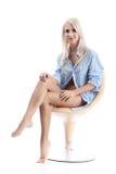 Feine blonde Frauen im Blau Stockfoto