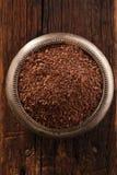 Feine Schokoladenraspel in der Schüssel auf Holz, flacher dof Lizenzfreie Stockfotos