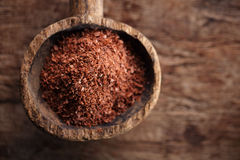 Feine Schokoladenraspel im alten hölzernen Löffel Stockfoto