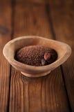 Feine Schokoladenraspel und gebratene Kakaobohnen in altem hölzernem BO Lizenzfreies Stockfoto