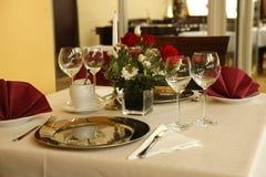 Feine Tabelleneinstellung in der feinschmeckerischen Gaststätte Stockfotografie