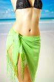 Feine weibliche Karosserie im Bikini auf Strand Lizenzfreie Stockbilder