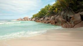 Feiner Sand des Traumlandstrandes werden durch die schäumenden Wellen azurblauen Videos Seychellen 4k des Indischen Ozeans gewasc stock video
