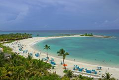 Feiner weißer Sand, Palmen und Türkiswasser bahamas Stockfotos