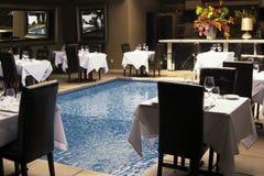 Feines speisendes Restaurant mit Pool Lizenzfreies Stockfoto