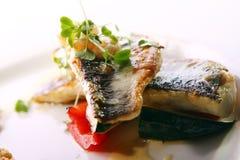 Feinschmecker grillte die Fische, die mit Garnelen gedient wurden lizenzfreie stockfotos