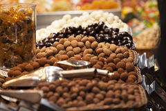 Feinschmecker sortierte Trüffeln im Markt stockbild