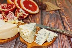 Feinschmecker weiter entwickelte Mahlzeit - Käse und Früchte Lizenzfreie Stockfotos