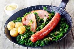 Feinschmeckerische deutsche Küche auf Pan mit Senf auf Seite Lizenzfreie Stockfotos