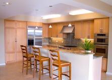Feinschmeckerische Entwerfer-Küche mit Insel Lizenzfreie Stockfotos