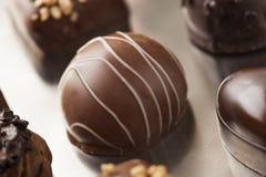 Feinschmeckerische fantastische dunkle Schokoladen-Trüffel-Süßigkeit Stockfoto