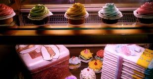 Feinschmeckerische Kuchen-Bildschirmanzeige im Bäckerei-Fenster lizenzfreie stockbilder