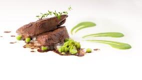 Feinschmeckerische Kuhleber mit grünen Erbsen Lizenzfreie Stockfotografie