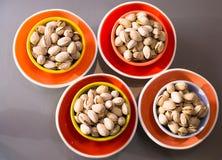 Feinschmeckerische Nüsse in den großartigen mehrfarbigen Platten lizenzfreies stockbild