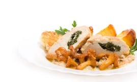 Feinschmeckerische Nahrung von den Pfifferlingen und vom Huhn Stockbilder