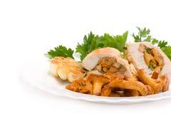 Feinschmeckerische Nahrung von den Pfifferlingen und vom Huhn Lizenzfreie Stockfotos