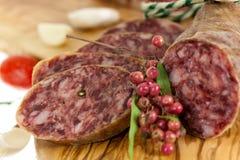 Feinschmeckerische Pfeffer-Salami mit Knoblauch Stockbilder
