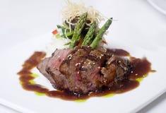 Feinschmeckerische Rindfleischabendessenmahlzeit stockbilder