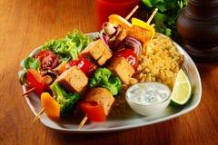 Feinschmeckerische Tofu-Aufsteckspindeln auf Java Rice mit Senf-Soße Lizenzfreie Stockfotos