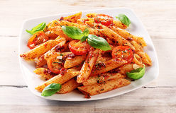 Feinschmeckerischer geschmackvoller Italiener Penne Pasta auf einer Platte Lizenzfreie Stockfotos