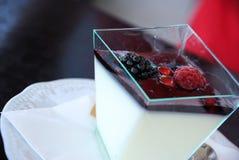 Feinschmeckerischer Nachtisch mit Erdbeeren und Brombeeren stockbilder