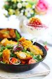 Feinschmeckerischer Salat mit Curryhuhnstreifen Lizenzfreie Stockbilder