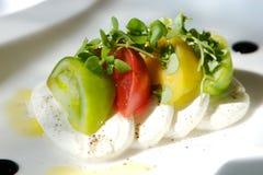 Feinschmeckerischer Tomate- und Käseaperitif Stockfotos