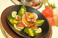 Feinschmeckerischer Tomatestarter mit Mozzarella und Basilikum Stockbild