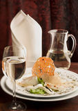 Feinschmeckerisches Abendessen mit einem Glas weißem Wein Stockfotografie