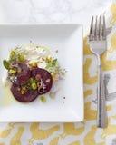 Feinschmeckerisches Salat-Gedeck der roten Rübe Stockbilder