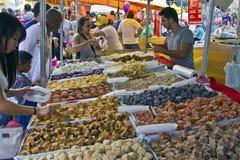 A feira da rua tende de doces feitos à mão Fotos de Stock