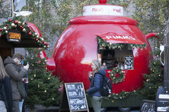 A feira de divertimento tradicional de Hyde Park Winter Wonderland com alimento e bebida para, os carrosséis, prêmios aos wi imagens de stock