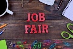 A feira de emprego das palavras na tabela foto de stock