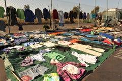 Feira de trocas com a roupa pendurada na cerca fotos de stock royalty free