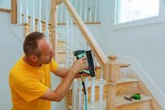 Feiticeiro de instalação para trilhos de madeira para escadas foto de stock royalty free