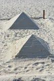 Feito duas pirâmides dos shell brancos da areia e do mar no Mar Negro encalhe durante o dia fotos de stock royalty free