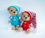 Feito a mão bonito faz crochê a boneca do urso isolada no fundo branco com reflexão da sombra foto de stock royalty free