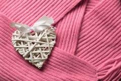 Feito a mão branco bonito wattled do ` de madeira s do Valentim do rattan Foto de Stock Royalty Free