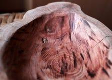Feito a mão, carpintaria, textura e materiais, pratos e utensílios naturais do agregado familiar da madeira, fotografia de stock