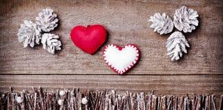 Feito a mão dos corações de feltro no fundo de madeira F arranjado ofício Fotografia de Stock Royalty Free