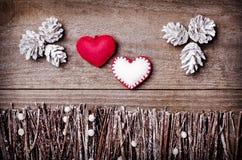 Feito a mão dos corações de feltro no fundo de madeira O ofício arranjou dos cones das varas, dos galhos, da madeira lançada à co Imagem de Stock