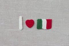 Feito a mão fazer crochê a bandeira e o coração de Itália Fazer crochê o texto que eu amo Itália Imagem de Stock